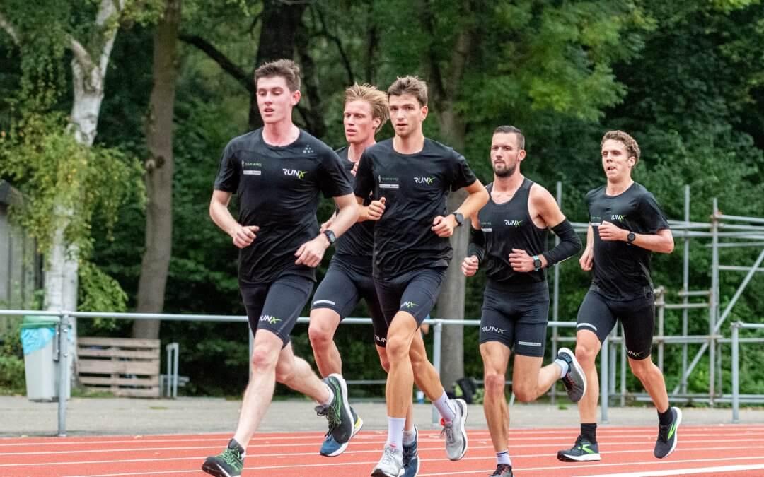 De schoenenrotatie van een Team 4 Mijl atleet