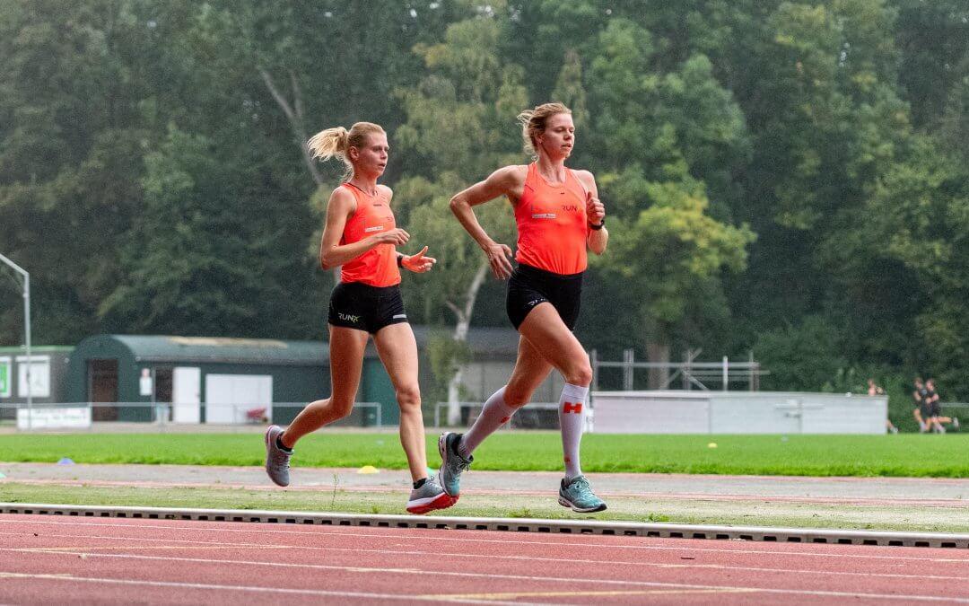 Gruppen doorbreekt 34 minuten grens op 10km; Seizoensafsluiter voor Voorrips, de Waard & Van Kampen op 1500m