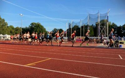 Tom Hendrikse snelt naar een vierde plaats op het NK 10.000 meter.